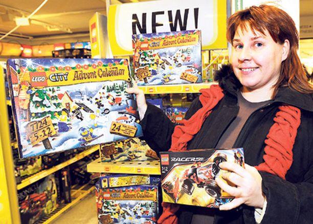 SAALIS - Vantaalainen Minna Pehkonen on hakenut joulukalentereita useasta kaupasta. Stockmannilta löytyi onneksi siskonpojalle Lego City -kalenteri.