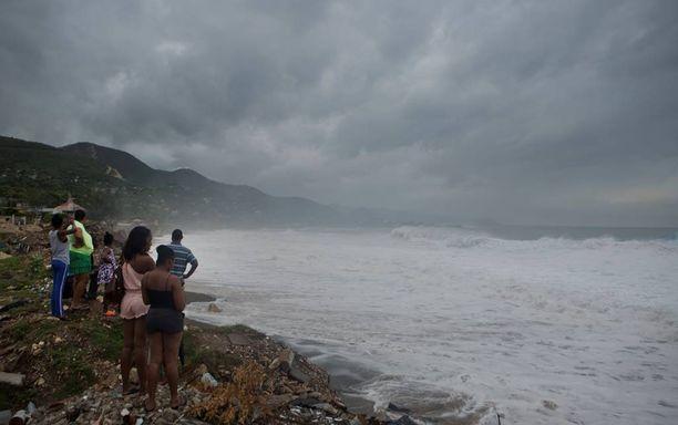 Jamaikalla ihmiset katselivat hurrikaanin merkkejä pääkaupunki Kingstonin ulkopuolella.