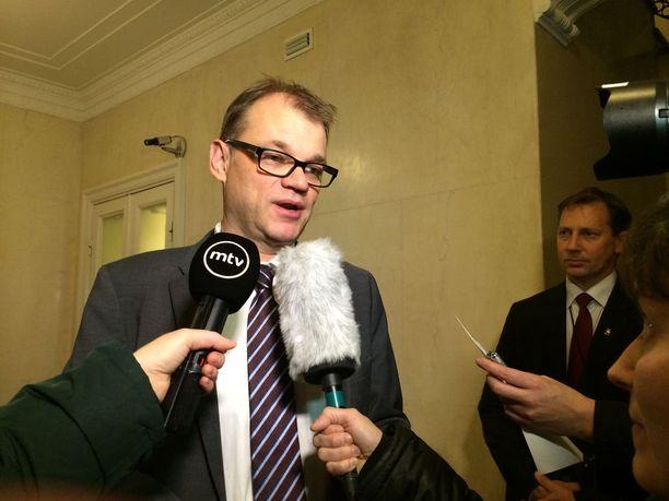Marraskuu 2015. Pääministeri Juha Sipilä uhkasi kaataa hallituksen, jos keskusta ei saa 18 maakuntaa läpi. Kokoomus sai soteen perusterveydenhuollon valinnanvapauden.