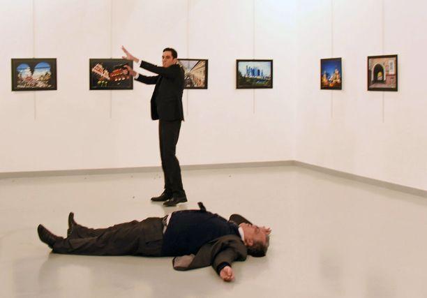 Turkkilainen poliisi Mevlüt Mert Altintaş ampui Venäjän suurlähettilään maanantaina taidenäyttelyn avajaisissa Turkin Ankarassa.