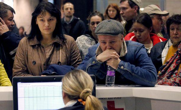 Matkustajien sukulaiset odottivat tietoja turmakoneesta Pulkovon lentokentällä Pietarissa