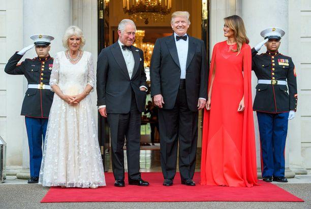 Herttuatar Camilla, prinssi Charles, presidentti Donald Trump ja Melania Trump kuvattuina tiistaina Yhdysvaltain Lontoon suurlähettilään luona.