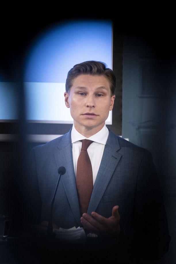 """Kokoomuksen varapuheenjohtaja, kansanedustaja Antti Häkkänen sanoo, että kokoomuksen puheenjohtajakisaan """"pitää olla sekä työntöä että pyrkyä""""."""