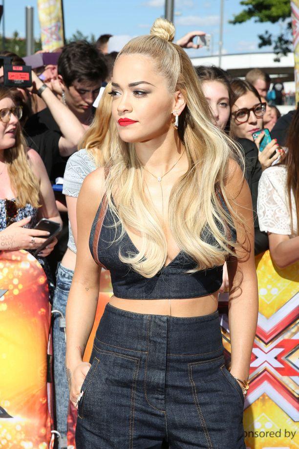 Rita Ora näyttää mallia.
