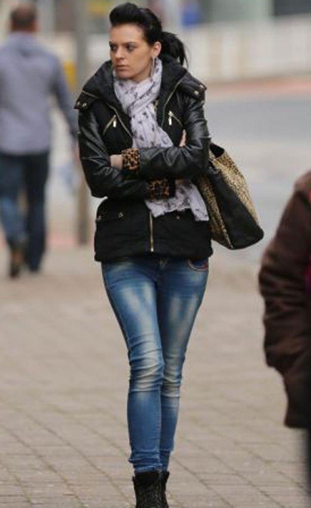 Amanda Spencer ystävystyi tyttöihin Sheffieldin keskustassa.