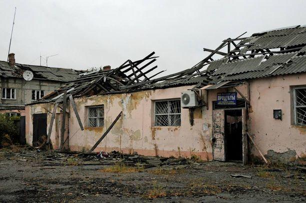 Sota on runnellut Itä-Ukrainaa jo kaksi vuotta. Kuva on viime syksyltä Piskin kaupungista, Ukrainan joukkojen puolelta. Kuvassa on kauppa. Kaupunki sijaitsee aivan separatistien hallitseman Donetskin kaupungin kupeessa.