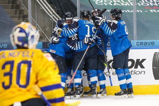 Suomi kaatoi Ruotsin 3–2 nuorten MM-kisojen puolivälierässä.