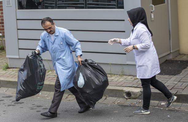 Tämä kuva siivoojista konsulaatin edessä levisi julkisuuteen Khashoggin murhan jälkeen.
