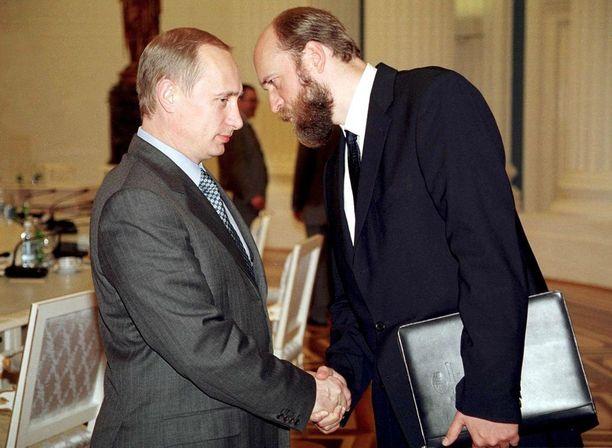Kuva vuodelta 2000, kun Sergei Pugatshev (oik.) oli vielä Vladimir Putinin (vas.) suosiossa. Sittemmin Pugatshev on joutunut maanpakoon ja asuu nykyään Ranskassa.