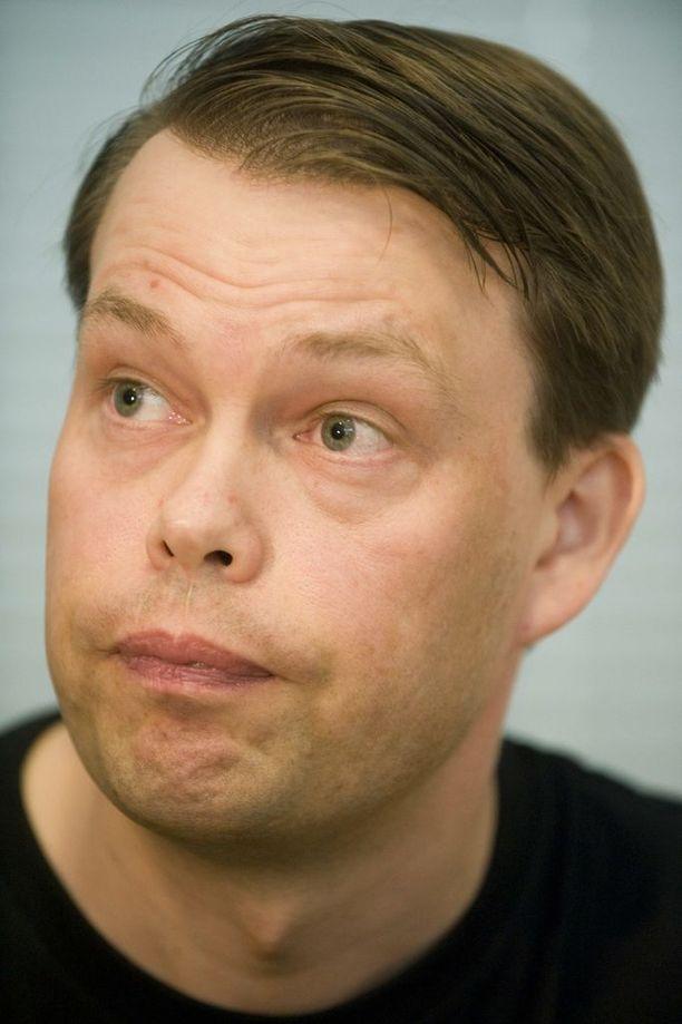 Nuorisosäätiön entistä toimitusjohtajaa Aki Haaroa epäillään muun muassa lahjusten ottamisesta.