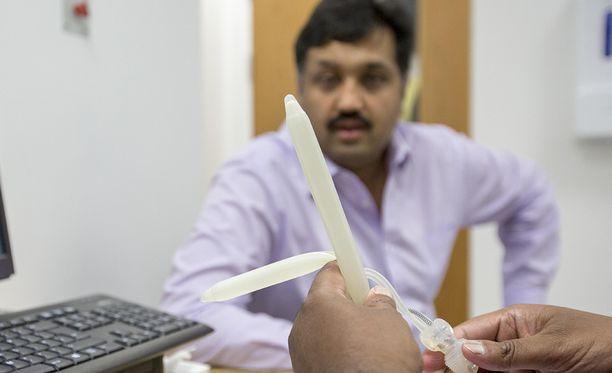 Lääkäri esittelee bionista penistä Abadille ennen leikkausta.