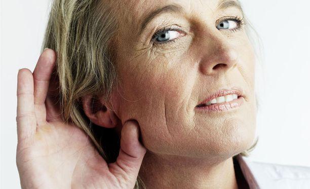 Tutkimuksen mukaan jo lievästi heikentynyt kuulo nostaa dementiariskin kaksinkertaiseksi.