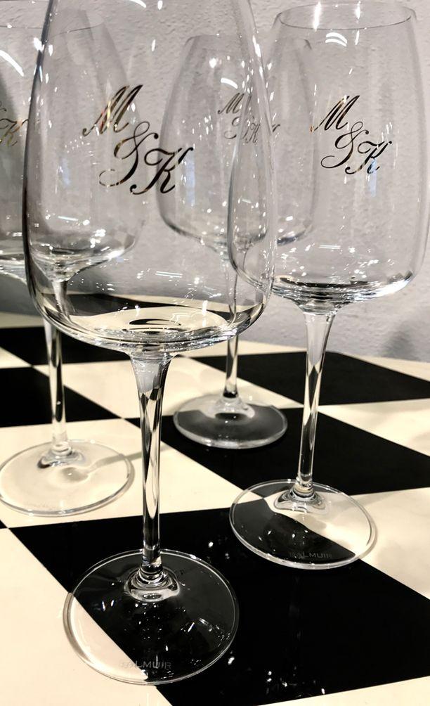 Näistä laseista Mintun ja Kimin häissä siemailtiin viiniä.