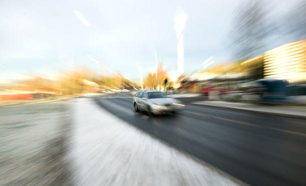 Järjestelmä soittaa kolarin sattuessa automaattisen hätäpuhelun ja ilmoittaa auton sijainnin lähimpään hätäkeskukseen matkapuhelinverkon kautta.