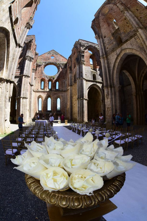 Hääpaikka valmiina juuri ennen vieraiden saapumista. Luostarin rauniot loivat romanttisen häätunnelman.
