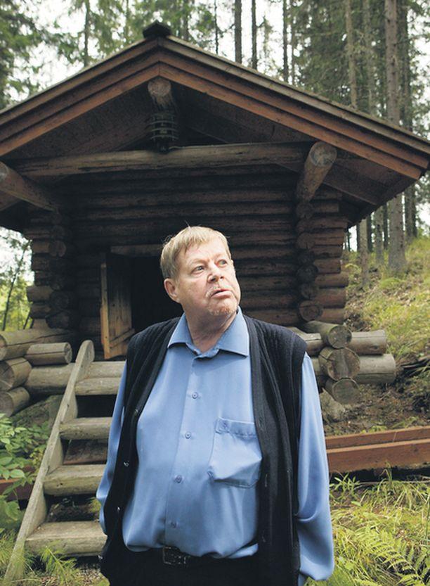 OSTAJAA VAILLA Tänä syksynä kaksi kirjaa julkaiseva Paasilinna etsii Espoon huvilalleen ostajaa ja rakennuttaa samalla Siuntioon sadan neliön omakotitaloa. Siuntion Kuusilaakson tontilla seisoo jo ennestään muun muassa hirsiaitta.