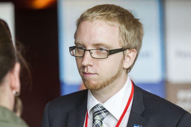 Sinisten ryhmäjohtaja Simon Elo.
