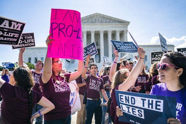 Aborttioikeuden tukijat ja vastustajat kokoontuivat korkeimman oikeuden edustalle Washingtonissa kesällä 2018.