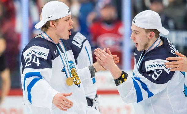 Aleksi Saarela (oik.) juhli Kasperi Kapasen kanssa mitalit kaulassa.