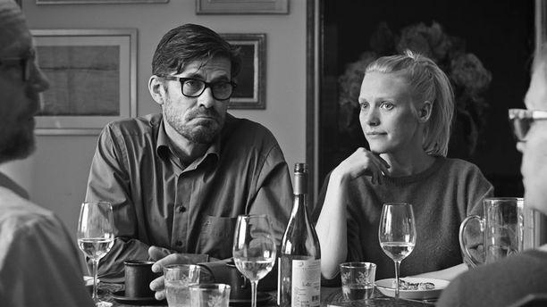 Eeron (Tommi Korpela) kirjailijanura on tukevassa laskussa, ja uuden romaanin kirjoittaminen sakkaa pahasti. Pihla (Laura Birn) on kunnianhimoinen näyttelijä kansainvälisen läpimurron kynnyksellä. Kumpikaan ei ole valmis tinkimään urastaan, vaikka parisuhde voi huonommin kuin koskaan.