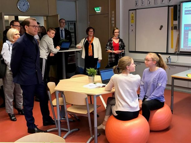 Prinssi Daniel jutusteli vierailullaan oppilaiden kanssa.