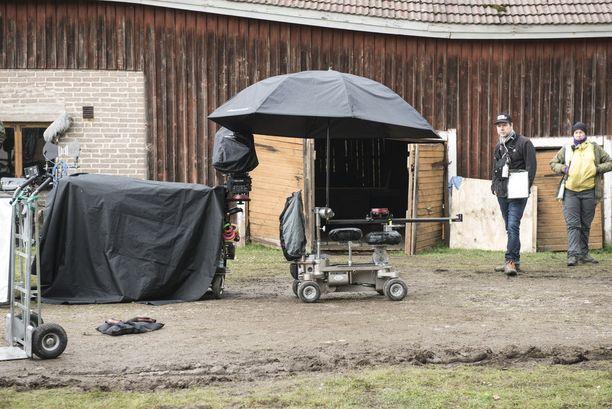 Kuvauskalustoa oli varmuuden vuoksi suojattu isolla sateenvarjolla.