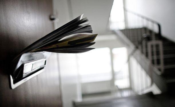 Mies lähetti naiselle kirjeitä ja sähköpostiviestejä, jotka hänen mukaansa koskivat korvausvaatimuksia. Naisen miesystävälle syytetty lähetti viestejä suoraan sekä tämän asianajajan kautta.