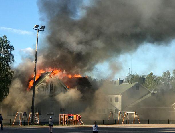 Alakylän koulu syttyi palamaan Oulun Kiimingissä keskiviikkoiltana.