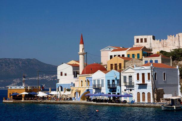 Perinteisen kreikkalaisen valkoisen sijasta Kastellorizon rakennuksissa suositaan värejä.