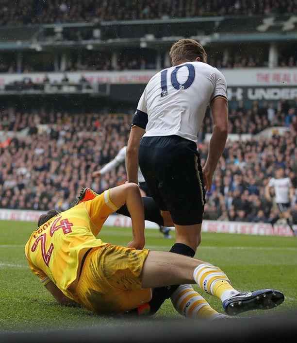 Tottenham-tähden nilkka jäi puristuksiin ja vääntyi melkoisen hurjalla tavalla.