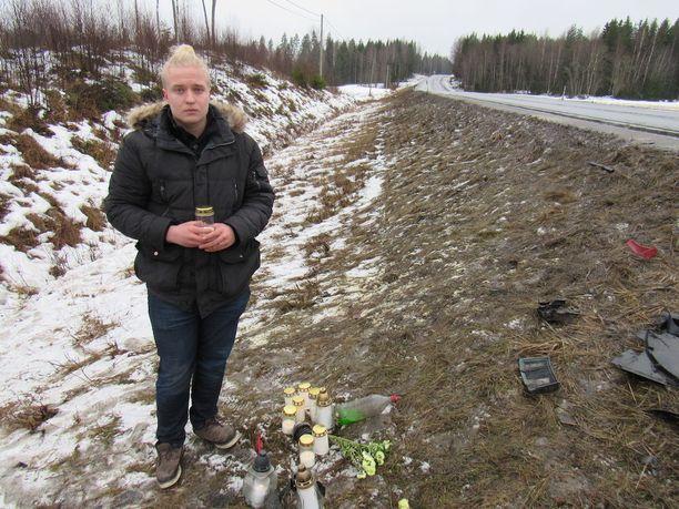 Kalle Harjunpää sytyttää kynttilän parhaan ystävänsä kuolinpaikalla. Kalle näki ystävänsä vain paria tuntia ennen kuolonkolaria.