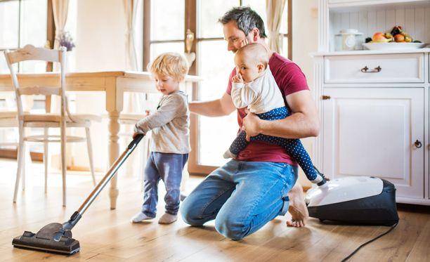 Taaperoapu ei välttämättä nopeuta kotitöiden suorittamista, mutta pitää tutkimusten mukaan yllä lapsen halua osallistua myöhemminkin.