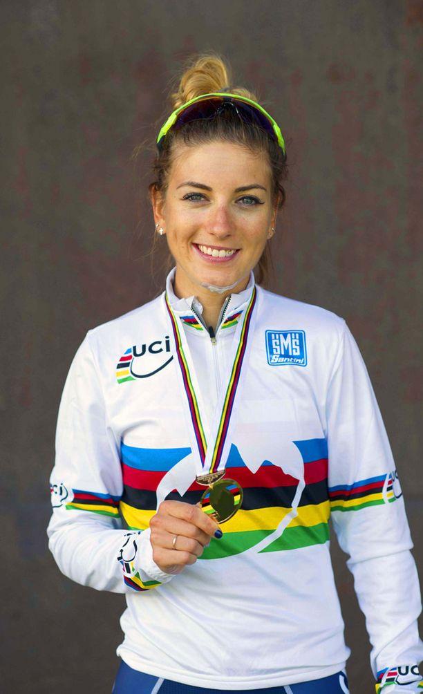 Ranskalaispyöräilijä poseerasi kuvaajille viime vuonna voitokkaan kisan jälkeen.