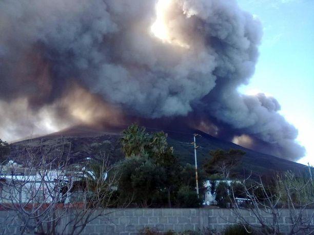 Sisiliassa sijaitseva Strombolin saarella sijaitseva tulivuori syöksi savua ilmaan 2013.