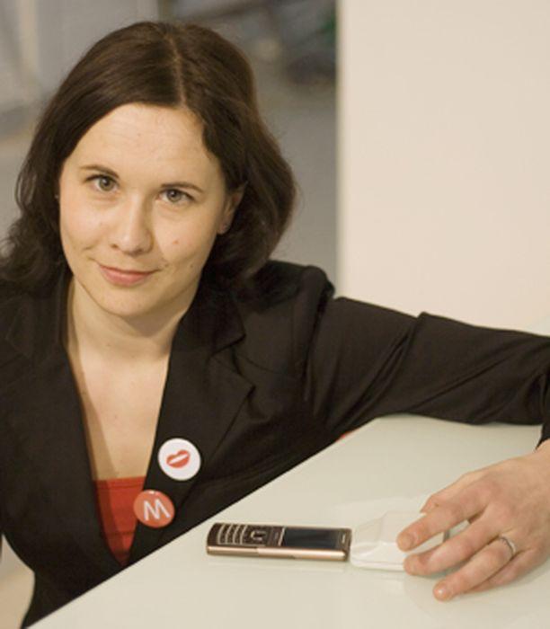 - Monet huonekaluvalmistajat ovat ilmaisseet kiinnostuksensa, Teollinen muotoilija ja latauspöydän kehittäjä Maija Itkonen kertoo.