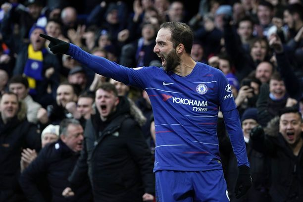 Gonzalo Higuaín pääsi tuulettamaan avausmaaliaan Chelsea-fanien eteen.