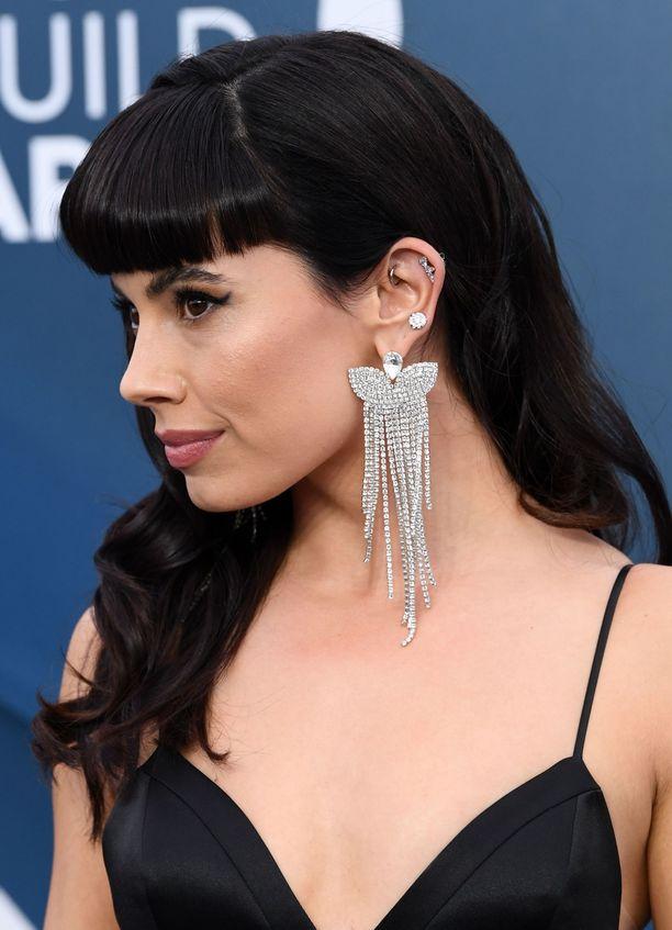 Jenna Lyng Adamsin tyylinäyte: näyttävä korvakoru saa seurakseen muutaman siromman korviksen.