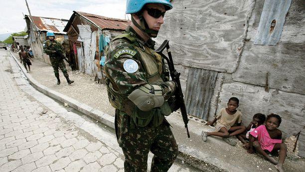 Viime vuoden toukokuussa brasialaiset rauhanturvaajat partioivat Haitin pääkaupungin Port-au-Princen kaduilla. Kuvan rauhanturvaajia ei epäillä rikoksista.