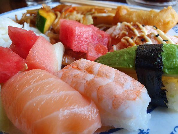 Tarjolla oli aasialainen buffetvalikoima. Asiantuntijamme olivat tyytyväisiä ruuan makuun.