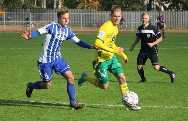 Ilveksen Niklas Jokelainen (oik.) pelasi viime syksynä HJK:ta vastaan B-juniorien SM-sarjassa.