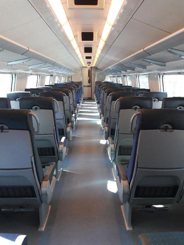 Tähän vaunuun astellut matkustaja ihmetteli, miten juna voi olla loppuunmyyty.