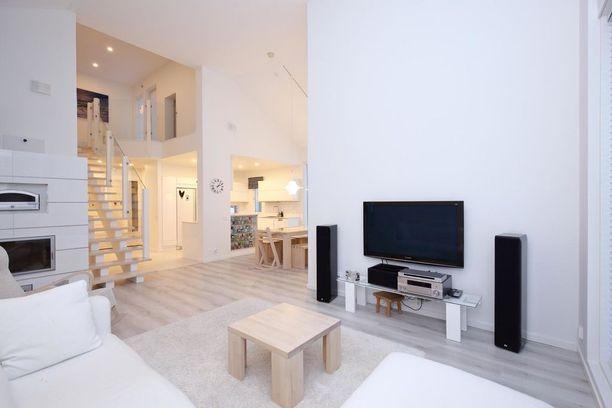 Nykytaloissa suositaan korkeaa avointa tilaa ja vaaleita seiniä ja lattioita. Leivinuunit ja takat pitävät yhä pintansa.