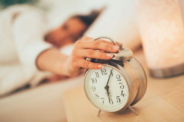 Jos viikolta oli kertynyt univelkaa, lisätunti kelpaa hyvin nukkumiseen.