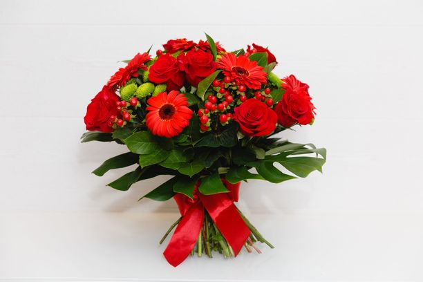 Perinteikäs punainen ilmentää rakkautta ja toimii kimpun saajan merkkipäivinä erityisen hyvin.