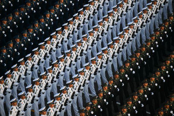 Sotilaat valmistautumassa marssiin Kiinan 70-vuotisjuhlallisuuksiin Pekingissä 1.10.2019.