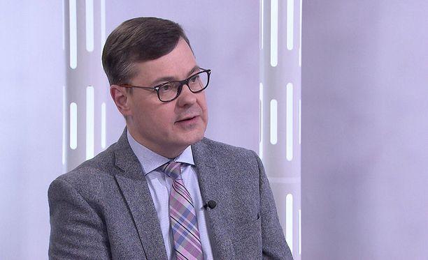 Ari Hakkaraisen mukaan Jehovan todistajat eivät halua vaientaa jäseniään, vaan kannustavat kertomaan epäillyistä rikoksista viranomaisille.