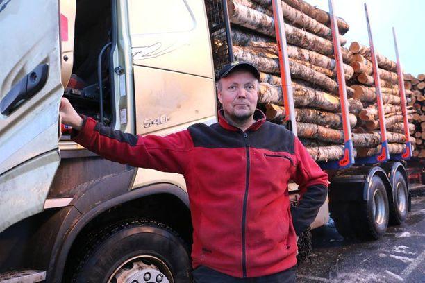 Kaksi puutavara-autoa omistava Ville Lehtovirta iloitsee investointiuutisesta, joka tietäisi lisää töitä eteläisen Lapin kuljetusalan yrittäjille.