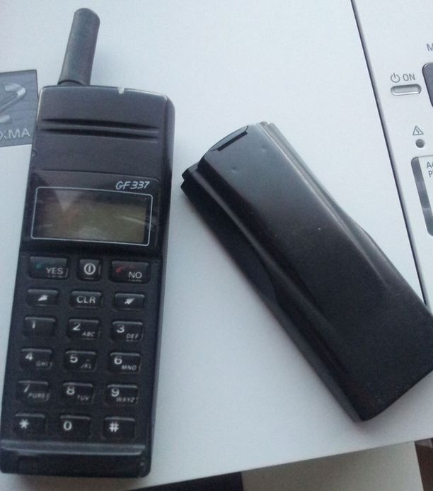 Vanhan Ericssonin akku painaa jo erikseen enemmän kuin nykykännykät. Hannu Säkkisen puhelin vuodelta 1995 toimii yhä.