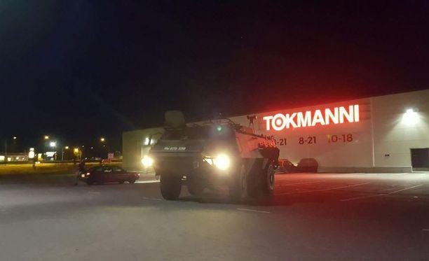 Silminnäkijät raportoivat kuulleensa laukauksia, todistaneensa takaa-ajoa ja nähneensä puolustusvoimien panssariajoneuvon Tokmannin parkkipaikalla.