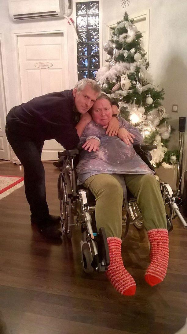 Georgios Tripolitis halaa vaimoaan Teijaa, joka pääsi jouluna käymään kotona. Perhe toivoisi, että Teija saisi olla kotihoidossa, mutta siihen perheellä ei ole varaa eikä voimavaroja.